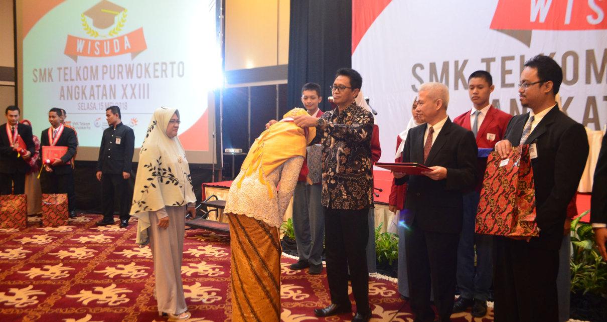 Rektor ITTP memberikan beasiswa pada wisudawan SMK Telkom Purwokerto.