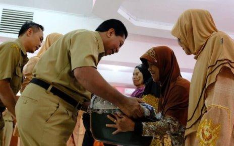 Walikota Magelang Sigit Widyonindito, menyerahkan bingkisan lebaran kepada perwakilan lansia, guru, dan penjaga sekolah TK di Kota Magelang.