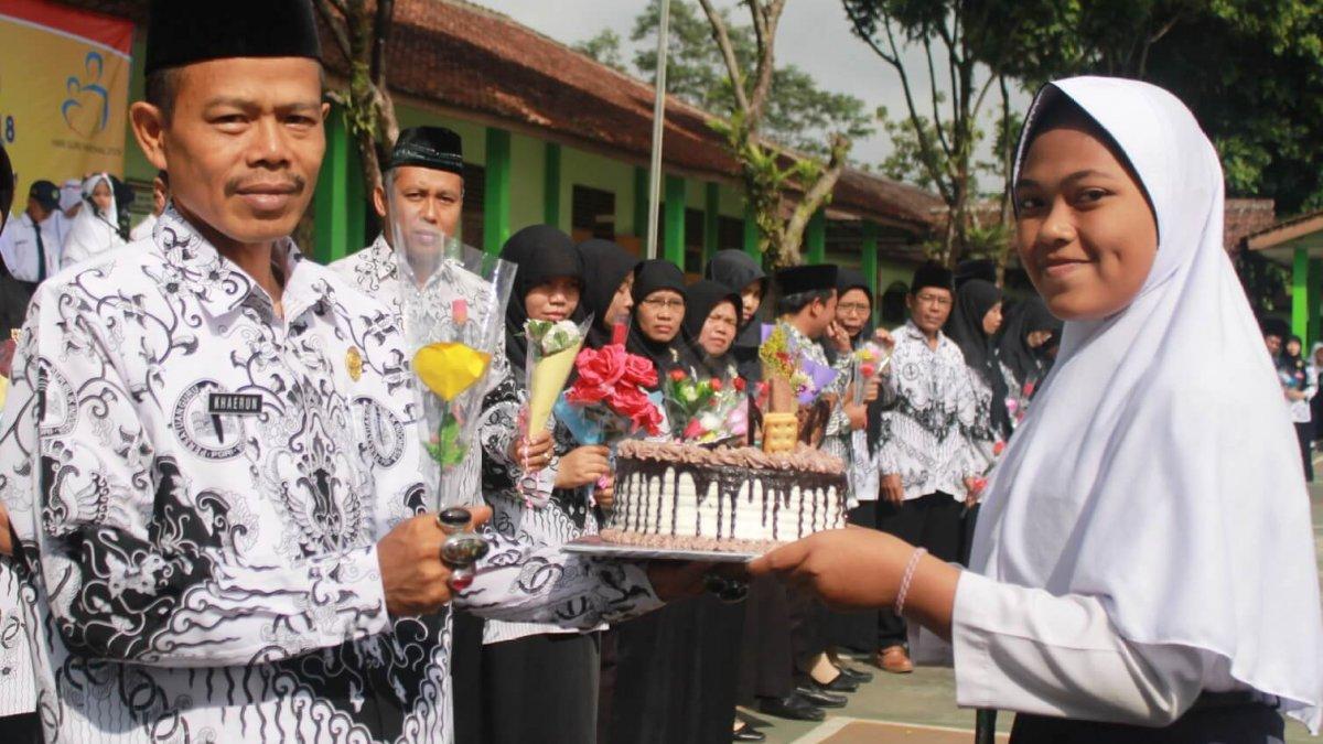Ungkapan Bunga Dan Kue Tart Di Hari Guru Nasional Siedoo