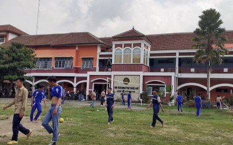 Siswa SMK Muhammadiyah 1 Kota Magelang melaksanakan lomba futsal di lapangan sekolah
