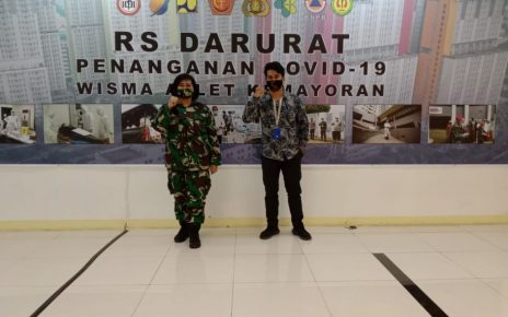 ROBOT. Tim PT ITS Tekno Sains yang diwakili oleh Noer Indra (kanan) menyerahkan robot RAISA ke RS Darurat Wisma Atlet, Jakarta