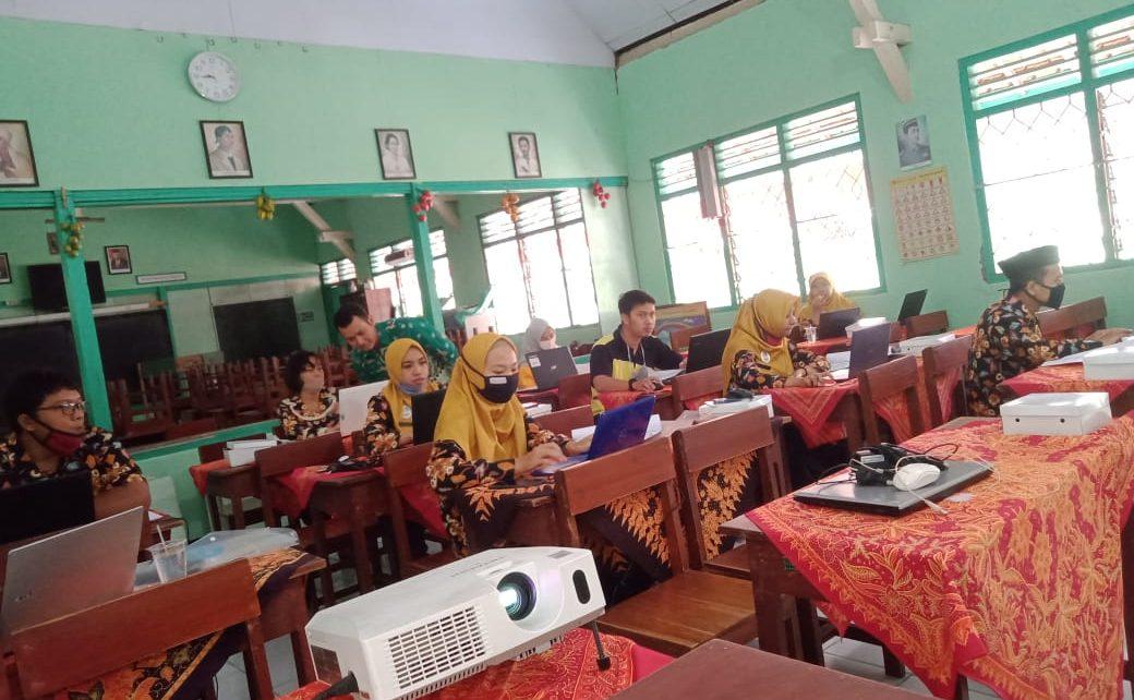 DILATIH. Para guru SD Negeri Potrobangsan 3 sedang mengikuti pelatihan. (foto: ist)