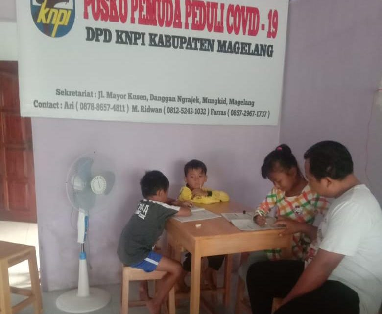 PENDAMPINGAN. Pengurus KNPI Kabupaten Magelang sedang mendampingi siswa belajar daring. (foto: ist)