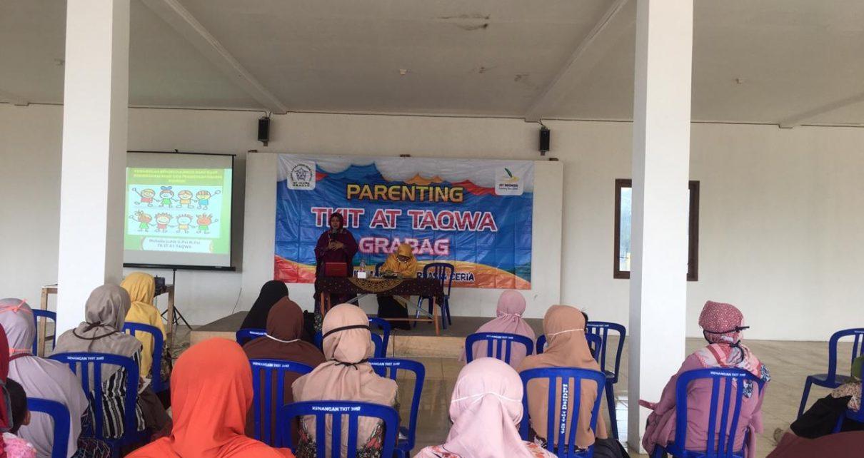 PELATIHAN. Sejumlah Wali Murid di TKIT At Taqwa Grabag mendapat pelatihan kelola emosi saat dampingi anak belajar dari rumah dari ahli psikolog di Aula Sekolah, Sabtu (29/8/2020). (foto: jatmiko/siedoo.com)