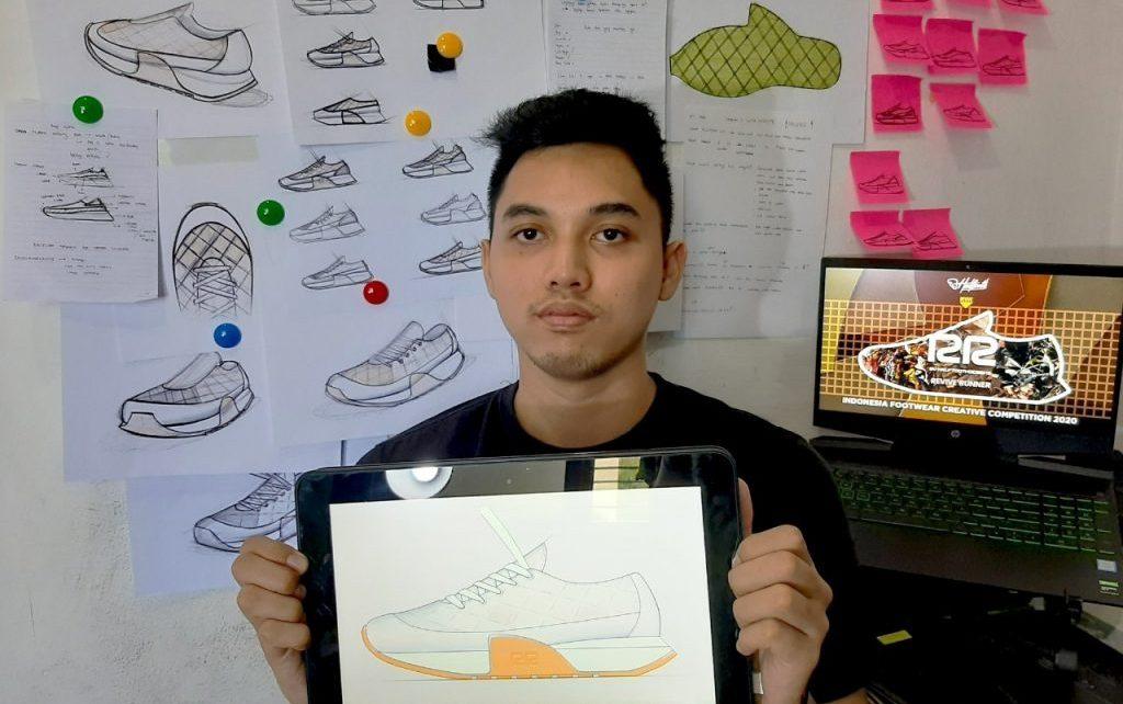 SEPATU. Gede Arya Daiva Daniswara menunjukkan desain sepatu. (foto: ist)