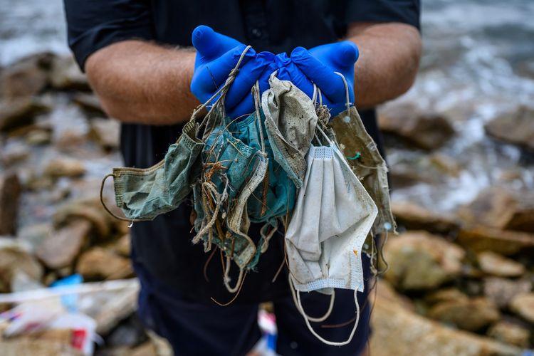 MASKER. Limbah masker di tempat pembuangan sampah. (foto: kompas.com)