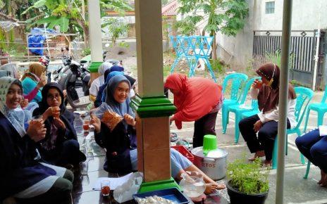 HERBAL. Mahasiswa dan warga sedang minum minuman herbal bersama. (foto: ist)