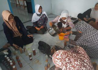 JAMU. Pelatihan pembuatan jamu yang didampingi tim PKM Unimma. (foto: ist)