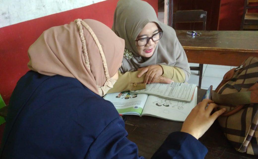 PPMT. Salah satu kelompok PPMT Unimma sedang menggelar pelatihan media pembelajaran. (foto: ist)