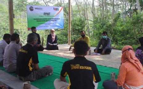 MEMBANTU. Tim PPMT Unimma membantu mengoptimalkan tertib penyusunan pelaporan keuangan BUMDes Sebangkong. (foto: ist)