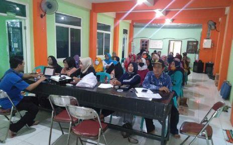 MENYIMAK. Masyarakat di kawasan WPP Desa Dalegan antusias menyimak pemaparan secara virtual tim Abmas ITS pada pelatihan Marine Tourism Branding. (foto: its)