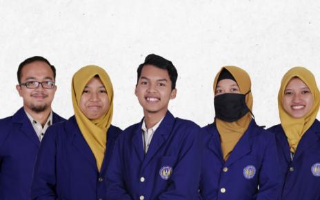 ATASI BAU HELM. Sekelompok mahasiswa UNY membuat produk spray anti bau helm.. (foto: ist)