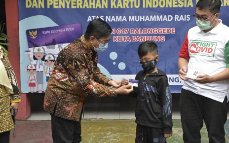 BANTUAN. Muhammad Rais dapat bantuan dari Kemendikbud. (foto: kemendikbud.go.id)