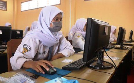 Ilustrasi siswa memakai masker. (foto: jawapos.com)