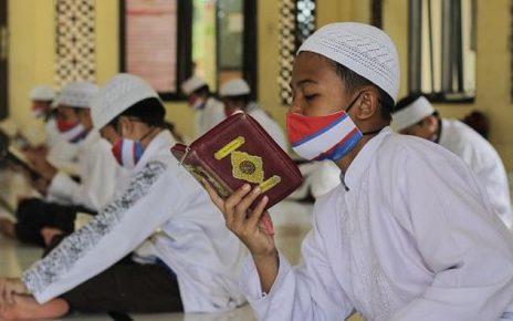 MEMBACA. Santri sedang membaca kitab suci. (foto: ftik.iainptk.ac.id)