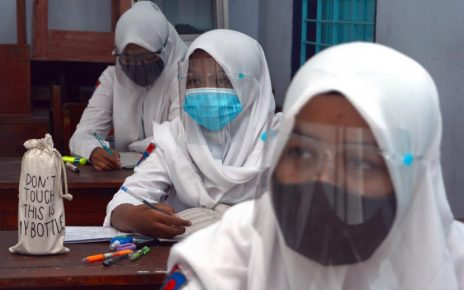 MASKER. Siswa melakukan pembelajaran tatap muka dengan menerapkan protokol kesehatan. (foto: rebuplika.co.id)