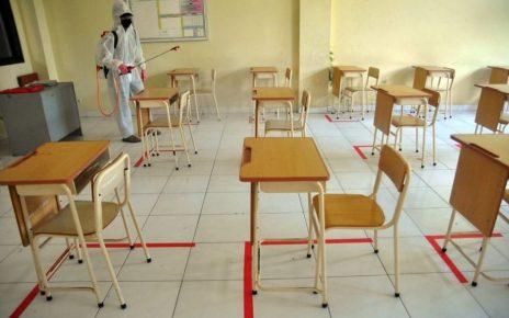 SEMPROT. Penyemprotan cairan disinfektan di ruang kelas. (foto: kemendikbud.go.id)
