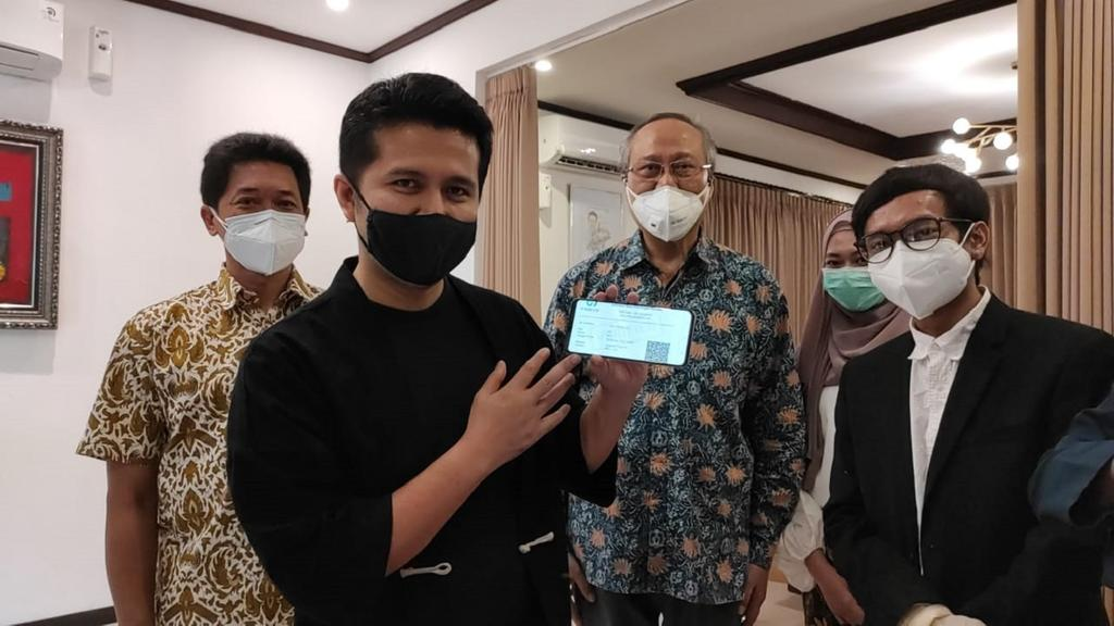 RANCANGAN. Wakil Gubernur Jawa Timur, Emil Elestianto Dardak menunjukkan hasil pendeteksian i-nose c-19 rancangan ITS yang dikirim melalui Whatsapp. (foto: ist)