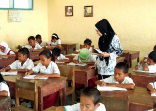 MENGAJAR. Guru saat mengajar sebelum pandemi. (foto: riaupos)
