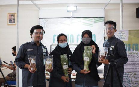 HASIL TANI. Empat mahasiswa Untidar menunjukkan hasil usaha budidaya pertanian. (foto: ist)