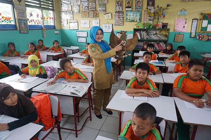 Ilustrasi guru mengajar. (foto: fajar.co.id)