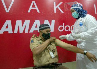 DIVAKSIN. Salah satu guru sedang menjalani vaksin. (foto: liputan6.com)