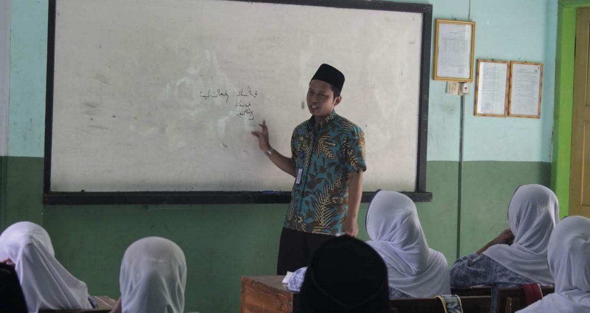 PEMBELAJARAN. Salah seorang guru agama menerangkan materi pembelajaran sebelum pandemi. (foto: lihin.net)