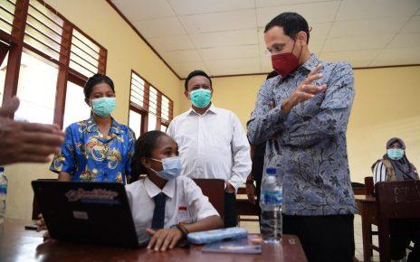 KUNJUNGAN. Mendikbud Nadiem Makarim saat melakukan kunjungan ke Sorong, Februari lalu. (foto: mnctrijaya.com)