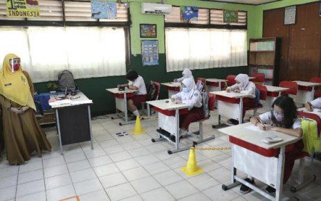 TATAP MUKA. Uji coba pembelajaran tatap muka. (foto: cnnindonesia.com)